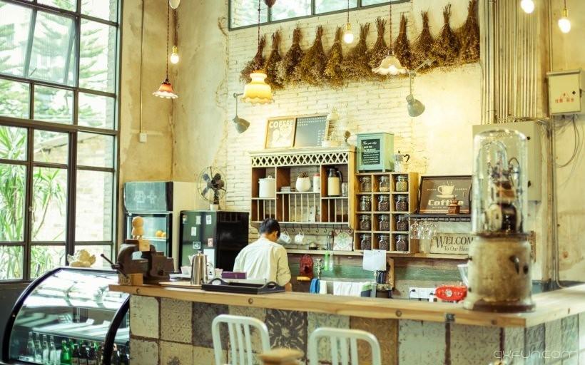 街角温馨咖啡馆图片 - 清新范(Qxfun.com)