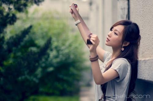 青春好像一座孤岛,做着一些旁人不懂的梦,坚持一些不明所以的坚持。-清新范(Qxfun.com)
